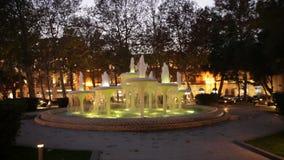 Mooie kleurrijke fontein bij nacht stock videobeelden