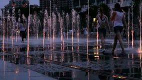 Mooie kleurrijke fontein bij nacht stock footage