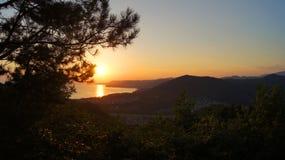 Mooie kleurrijke gouden zonsondergang over de baai van de Zwarte Zee naast de bergen Tuapse, Rusland royalty-vrije stock foto