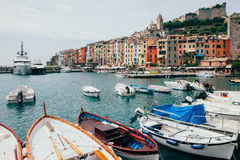 Mooie kleurrijke huizen en boten in landschaps Italiaans dorp P stock fotografie