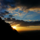 Mooie kleurrijke zonsondergang in de bergen royalty-vrije stock foto