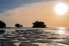 Mooie kleurrijke zonsondergang dichtbij het kleine exotische eiland met palm Royalty-vrije Stock Afbeelding