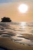 Mooie kleurrijke zonsondergang dichtbij het kleine exotische eiland met palm Stock Afbeelding