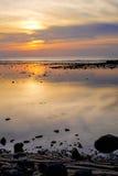 Mooie kleurrijke zonsondergang dichtbij het smal eaxotic eiland met palm Stock Foto