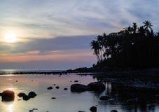 Mooie kleurrijke zonsondergang dichtbij het smal eaxotic eiland met palm Royalty-vrije Stock Afbeeldingen