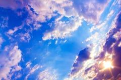 Mooie kleurrijke zonsondergang met zonstralen en blauwe hemel met wolken Royalty-vrije Stock Fotografie