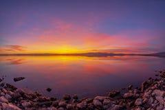 Mooie kleurrijke zonsondergang over een zeer kalm Salton-Overzees meer royalty-vrije stock foto