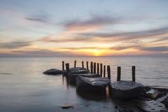 Mooie kleurrijke zonsondergang over overzees strand Royalty-vrije Stock Fotografie