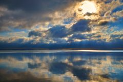 Mooie kleurrijke zonsopgang over de vlotte oppervlakte van een meer royalty-vrije stock foto's