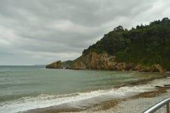 Mooie Klippen en Kust van Stenen in het Strand van Mills In Barcia 30 juli, 2015 Strand van Los Molinos, Barcia, Asturias, stock afbeeldingen