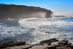 Mooie klippenrotsen en golven op de westkust van Portugal in Peniche royalty-vrije stock fotografie