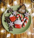 Mooie koekjes op houten achtergrond stock afbeelding