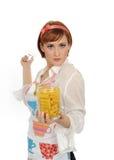 Mooie kokende vrouw met Italiaanse deegwaren Stock Afbeelding