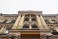 Mooie kolommen op de voorgevel van het historische architecturale gebouw royalty-vrije stock afbeeldingen