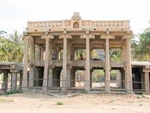 Mooie kolommenarchitectuur van oude ruïnes van tempel in Hampi stock foto