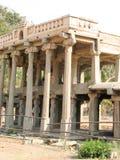 Mooie kolommenarchitectuur van oude ruïnes van tempel in Hampi royalty-vrije stock afbeelding