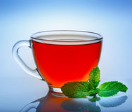 Mooie kop thee met bezinning over een blauwe achtergrond Stock Afbeelding