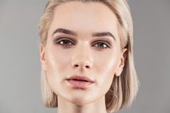 Mooie kortharige blondevrouw met grote huidvoorwaarde royalty-vrije stock afbeeldingen