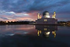 Mooie Kota Kinabalu-stadsmoskee bij dageraad royalty-vrije stock afbeelding
