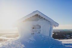 Mooie koude bergmening van skitoevlucht, het zonnige verstand van de de winterdag royalty-vrije stock fotografie