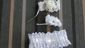 Mooie kouseband van de bruid en de bloemen stock videobeelden