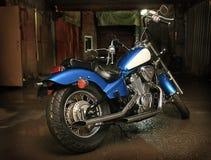 Motorfiets in garage royalty-vrije stock afbeelding