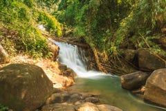 Mooie Krathing-waterval in Nationaal Park, Thailand Stock Fotografie