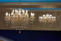 Mooie kristalkroonluchter in een ruimte Stock Fotografie