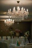 Mooie kristalkroonluchter in een ruimte Stock Foto's