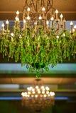 Mooie kristalkroonluchter in een ruimte Royalty-vrije Stock Afbeelding