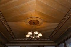 Mooie kroonluchter op de achtergrond van houten plafond Royalty-vrije Stock Afbeelding