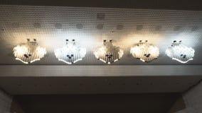 Mooie kroonluchters in de zaal van opera en ballet, architectuur, verlichting stock footage
