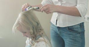 Mooie krullen van een klein blondemeisje stock video