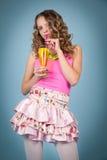 Mooie krullend-haired blonde vrouw met cocktail Royalty-vrije Stock Fotografie