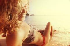 Mooie krullende meisjesrust op strand Royalty-vrije Stock Foto's