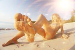 Mooie krullende meisjesrust op strand Royalty-vrije Stock Fotografie