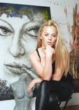 Mooie kunstenaar in de studio Royalty-vrije Stock Foto's