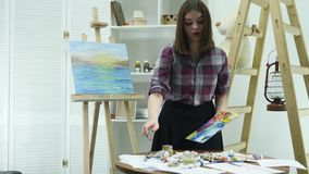 Mooie kunstenaarsverven op canvas stock footage