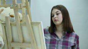 Mooie kunstenaarsverven op canvas stock video