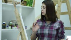 Mooie kunstenaarsverven op canvas stock videobeelden