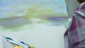 Mooie kunstenaarsverven op canvas Sluit omhoog stock videobeelden