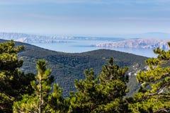 Mooie kust en Adriatische Overzees met Transparant Blauw Water dichtbij Senj, Kroatië Royalty-vrije Stock Foto's