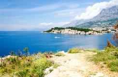 Mooie kust van Adriatische overzees op Makarska-riviera in Dalmatië, Kroatië stock foto's