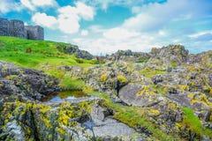 Mooie kust van het Eiland Man van Schilheuvel met grote muur van Schilkasteel in Schil, het Eiland Man royalty-vrije stock fotografie