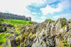 Mooie kust van het Eiland Man van Schilheuvel met grote muur van Schilkasteel in Schil, het Eiland Man royalty-vrije stock foto's