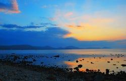 Mooie kustlijn, mening op Karadag, Koktebel, overzees Royalty-vrije Stock Foto's