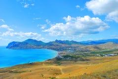 Mooie kustlijn, mening op Karadag, Koktebel, overzees royalty-vrije stock afbeelding