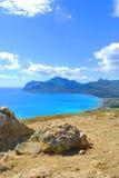 mooie kustlijn, mening op Karadag, Koktebel overzees, berg, aard, hemel, landschap, heuvel, blauw, de Krim, water, reis, groen, a Royalty-vrije Stock Foto's