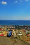 Mooie kustlijn, mening op Karadag, Koktebel, overzees, berg, aard, hemel, landschap, heuvel, blauw, de Krim, water, reis, groen,  Royalty-vrije Stock Fotografie