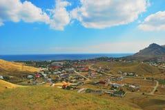 Mooie kustlijn, mening op Karadag, Koktebel, overzees, berg, aard, hemel, landschap, heuvel, blauw, de Krim, water, reis, groen,  Royalty-vrije Stock Foto's